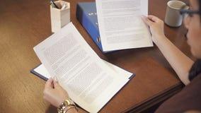 Afroamerykański przedsiębiorca czyta kontrakt w biurze w eyeglasses zdjęcie wideo