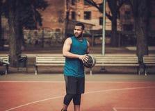 Afroamerykański streetball gracz ćwiczy outdoors Obrazy Royalty Free