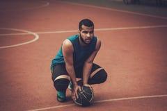 Afroamerykański streetball gracz ćwiczy outdoors Zdjęcia Stock