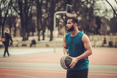 Afroamerykański streetball gracz ćwiczy outdoors Zdjęcie Stock