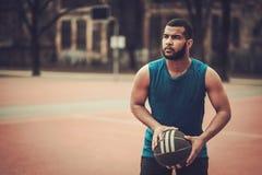 Afroamerykański streetball gracz ćwiczy outdoors Zdjęcie Royalty Free