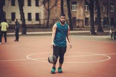 Afroamerykański streetball gracz ćwiczy outdoors Fotografia Stock