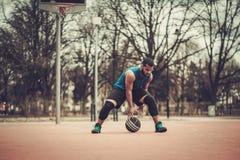 Afroamerykański streetball gracz ćwiczy outdoors Obrazy Stock