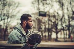 Afroamerykański streetball gracz odpoczywa outdoors Zdjęcie Stock