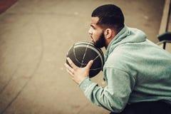 Afroamerykański streetball gracz odpoczywa outdoors Obrazy Royalty Free