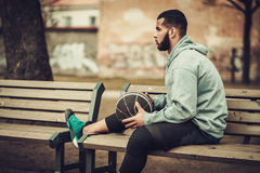 Afroamerykański streetball gracz odpoczywa outdoors Fotografia Stock