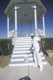 Afroamerykanin w Natchez, MS maluje Gazebo z nowym żakietem biała farba Zdjęcie Stock