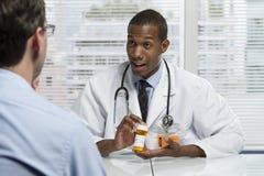 Afroamerykanina doktorski konsultować z pacjentem, horyzontalnym Obrazy Stock