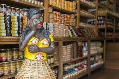 Afrobrazililian-Frauenmannequin in einem Lebensmittelladen mit lokalen Produkten in Ouro Preto, Minas Gerais, Brasilien lizenzfreies stockfoto