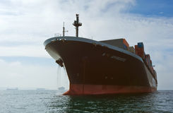 Afrodite do navio de recipiente NYK que está nas estradas na âncora Louro de Nakhodka Mar do leste (de Japão) 17 09 2015 Fotografia de Stock Royalty Free