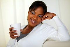 Afroe-amerikanisch Frau, die einen weißen Becher anhält lizenzfreie stockfotos