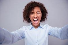 Afroe-amerikanisch Frau, die selfie Foto schreit und macht Lizenzfreie Stockbilder