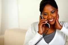Afroe-amerikanisch Frau, die am Telefon sich unterhält stockfotografie