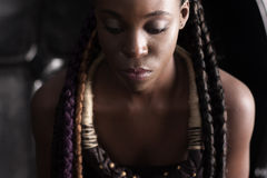 Afroe-amerikanisch Frau mit ethnischem Zusatz lizenzfreie stockbilder