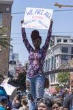 Afroe-amerikanisch Frau mit Zeichen am Protest Stockbilder