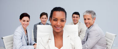 Afroe-amerikanisch Geschäftsfrau, die in einer Sitzung lächelt Stockfotografie