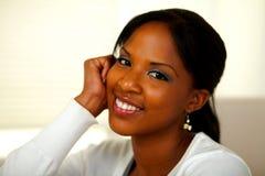 Afroe-amerikanisch junge Frau, die an Ihnen lächelt lizenzfreies stockfoto