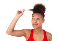 Afroe-amerikanisch junge Frau mit dem Afrohaar Stockbilder