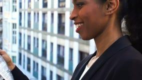 Afroe-amerikanisch Mädchenlesezeitung mit Abschluss oben des Gesichtes stock video