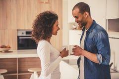 Afroe-amerikanisch Paare in der Küche lizenzfreie stockfotos