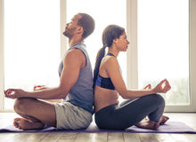 Afroe-amerikanisch Paare, die Yoga tun Stockfotografie
