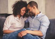 Afroe-amerikanisch Paare zu Hause lizenzfreie stockfotografie
