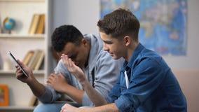 Afroe-amerikanisch und kaukasische jugendlich Kerle, die Wette im Glücksspiel, erwachsener Inhalt verlieren stock video footage