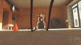 Afroer-amerikanisch Bodybuilder mit Kampf fangen Quersitzausbildungsstätte ein stock footage