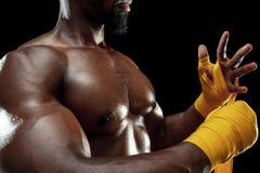 Afroer-amerikanisch Boxer wickelt Hände mit Verband ein stockfotografie