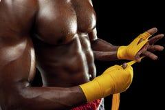 Afroer-amerikanisch Boxer wickelt Hände mit Verband ein stockbilder