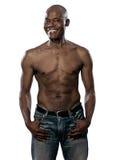 Afroer-amerikanisch fälliger Mann des glücklichen mit nacktem Oberkörper Pass-Sitzes Lizenzfreies Stockfoto