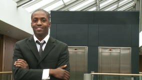 Afroer-amerikanisch Geschäftsmann, der an der Kamera lächelt stock video