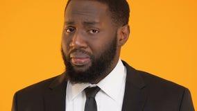 Afroer-amerikanisch Geschäftsmann, der die Schultern, fühlend über ausfallen Aufgabe zuckt schuldig stock video
