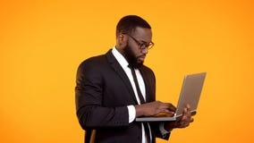 Afroer-amerikanisch Gesch?ftsmann, der an Laptop, Karrierewachstum, Projektentwicklung arbeitet lizenzfreies stockfoto