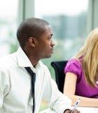 Afroer-amerikanisch Geschäftsmann in einer Sitzung lizenzfreies stockfoto