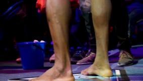 Afroer-amerikanisch Kämpfer, der sich nah für Kampf, Ansicht über seine Beine oben vorbereitet Junger afroer-amerikanisch Sportle stock video