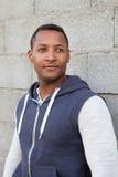 Afroer-amerikanisch Kerl auf der Straße stockfotografie