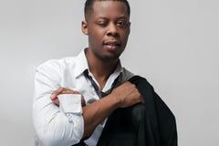 Afroer-amerikanisch Kerl in der spielerischen Stimmung blinzelt an der Kamera Stockfotografie