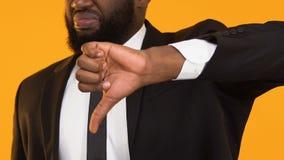Afroer-amerikanisch Mann in der Klage, die unten Daumen, ausfallen neues Geschäftsprojekt zeigt stock video