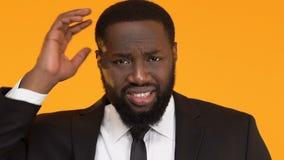 Afroer-amerikanisch Mann, der Kopf verkratzt und Schultern, trichology Probleme zuckt stock video