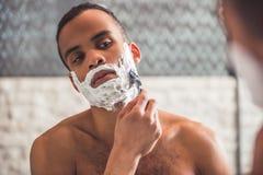 Afroer-amerikanisch Mann im Badezimmer Lizenzfreies Stockbild