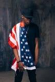 Afroer-amerikanisch Mann mit amerikanischer Flagge Stockfoto