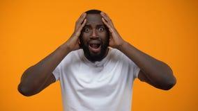 Afroer-amerikanisch Mannholdingkopf, Leben und Arbeitsprobleme, besorgt um Frist stock footage