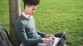 Afroer-amerikanisch netter Kerl sitzt auf Plaid und lernt online stock video