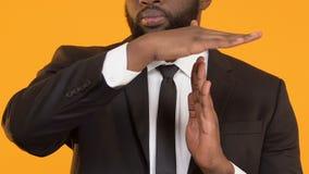 Afroer-amerikanisch Projektleiter, der heraus Geste der Zeit, Aufgabe auf Geschäftslektionen zeigt stock video