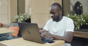 Afroer-amerikanisch Student mit Laptop stock footage
