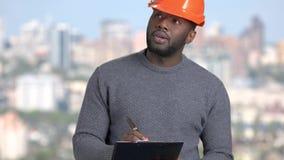 Afroer-amerikanisch Vorarbeiter auf unscharfem Hintergrund stock footage