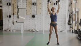Afroer-amerikanisch weiblicher Athlet tut Dummkopfübungen in der modernen Turnhalle stock footage