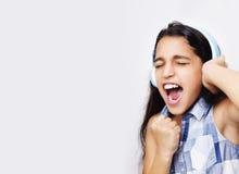 Afroes-amerikanisch kleines Mädchen mit Kopfhörern hörend Musik Lizenzfreie Stockbilder