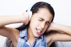 Afroes-amerikanisch kleines Mädchen mit Kopfhörern hörend Musik Lizenzfreie Stockfotografie
